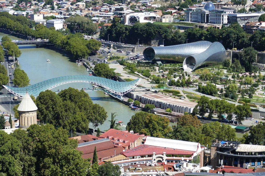 puente de la paz - tbilisi, georgia; uno de los paises europeos mas seguros para verano 2020